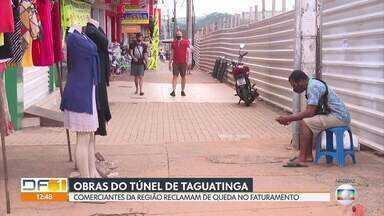 Comerciantes reclamam de prejuízos por causa das obras do túnel de Taguatinga - Com fluxo menor de pedestres, eles contam que perderam até 50% do faturamento. Muitas lojas já fecharam.