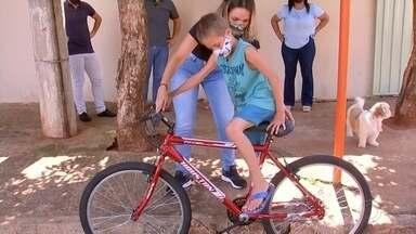 Policiais doam bicicleta para menino que foi atropelado em Cardoso - Em Cardoso (SP), policiais se juntaram para doar uma bicicleta para um menino que quase morreu após ser atropelado. Veja como foi a entrega.