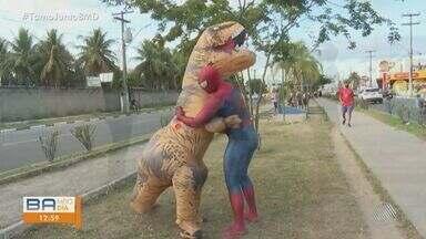 Tiranossauro Rex e homem aranha andam pelas ruas de Feira de Santana e chamam atenção - Confira detalhes desta situação inusitada.