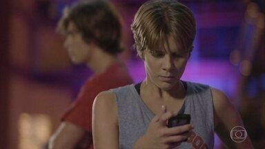 Karina tenta falar com a irmã - Duca convence Bianca a curtir o show e ela não atende o telefone