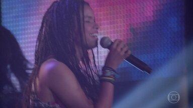 Sol arrasa no palco - Ela é aplaudida por todos e cai nos braços do público