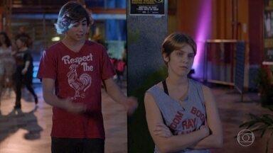 Pedro provoca Karina - Ela dança sozinha no lado de fora do show e fica com raiva após receber elogio dele