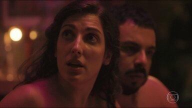 Hélio, Suzete, Brita e Valdir pensam em formas de salvar o relacionamento de Rita e Enzo - Hélio sugere ir ao Papa pedir para liberar o relacionamento dos dois