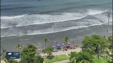 Mar engole faixa de areia de Santos e muda paisagem - Faixa de areia foi tomada pela alta da maré, na manhã desta sábado.