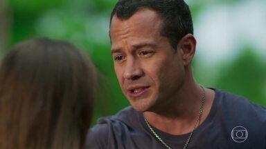 Apolo se compromete a cuidar de Carol e de seus irmãos - Ele aconselha que Carol mantenha segredo sobre a morte de Afonso
