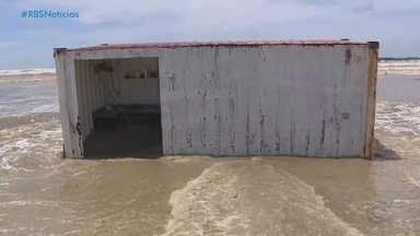Ressaca arrasta quiosques e danifica guaritas no Litoral do RS - Proprietários estimam prejuízo de até R$ 200 mil. Previsão é que a ressaca acabe na noite de sábado (6), segundo a Marinha.