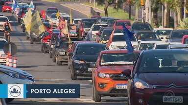 Manifestantes fazem carreata a favor da vacina e contra Bolsonaro em Porto Alegre - Cerca de 40 veículos percorreram as ruas da Capital; grupo também arrecadou alimentos para doação.