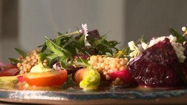 Salada preparada com mini legumes traz mistura de sabores e texturas - Aprende o passo a passo do prato preparado com mini legumes