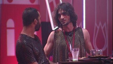 Gilberto fala para brothers sobre Paredão: 'Acho que a gente pode ir junto' - Gilberto desabafa com FIuk na Festa Amsterdam no BBB21
