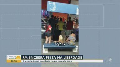 PM interrompe festa de carnaval irregular no bairro da Liberdade, em Salvador - Festa aconteceu na noite da terça-feira (16). Imagens gravadas por moradores mostram muita gente aglomerada no entorno do estabelecimento e sem o uso da máscara.