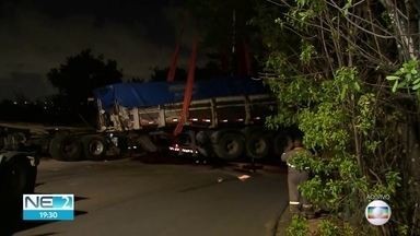 Caminhão perde controle e invade duas casas em Paulista - Por causa do acidente, residência atingida e outro imóvel foram interditados.