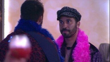 Gilberto avisa Arthur que quer conversar com o brother: 'Para aliviar meu coração' - Arthur se aproxima de Gilberto e conversa sobre o jogo no BBB21