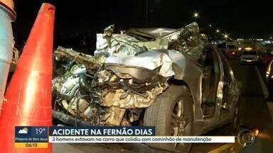 Três pessoas morrem em acidente na Fernão Dias - As três vítimas estavam no mesmo carro que atingiu um caminhão de manutenção.