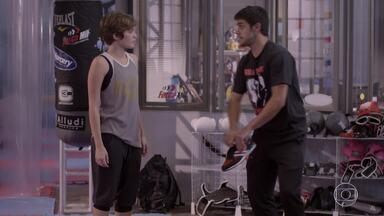 Karina tenta se aproximar de Cobra, mas ele a evita - Cobra pede que Karina fique longe dele e diz que não é boa companhia