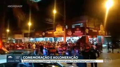 Torcedores se aglomeram para acompanhar final do Campeonato Brasileiro nesta quinta (25) - Centenas de flamenguistas descuidaram dos cuidados sanitários de máscara e distanciamento e provocaram aglomerações em várias regiões do DF.