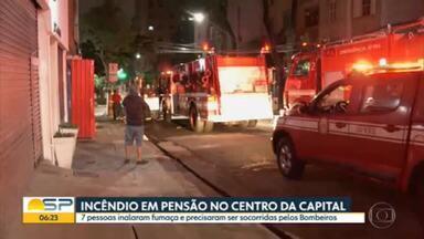 Pensão pega fogo no centro de São Paulo - Sete pessoas inalaram fumaça e precisaram ser resgatadas pelos bombeiros.