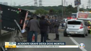 Acidente na Rodovia Castello Branco deixa duas pessoas mortas - Caminhão e carro bateram na madrugada desta sexta (26)