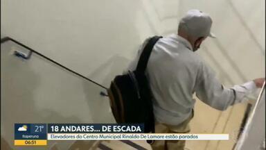 Elevadores do Centro de Cidadania Rinaldo De Lamare não estão funcionando - Por conta dos elevadores parados, as pessoas só conseguem usar os serviços que a Prefeitura do Rio oferece na unidade, subindo muita escada.