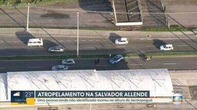 Ciclista morre atropelado na Avenida Salvador Allende - Um ciclista morreu atropelado por um carro na Avenida Salvador Allende, na pista sentido Recreio dos Bandeirantes, na Zona Oeste do Rio, na manhã desta quarta-feira (3).