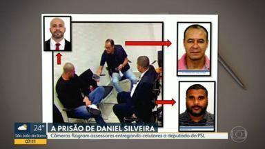 Câmeras flagraram assessores entregando celulares a Daniel Silveira na prisão - A Polícia Federal informou ao Supremo Tribunal Federal (STF) que câmeras flagraram dois assessores entregarem aparelhos celulares ao deputado Daniel Silveira (PSL-RJ) na prisão.