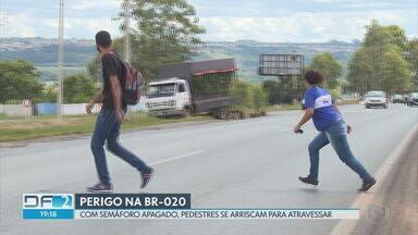 Pedestres se arriscam na BR-020 - Em um dos pontos mais perigosos, semáforos estão apagados há um mês.