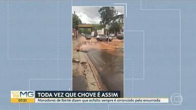 Água invade casas, comércios e destrói asfalto, no bairro Marilândia, em Ibirité - Moradores dizem que asfalto sempre é arrancado pela enxurrada quando chove.