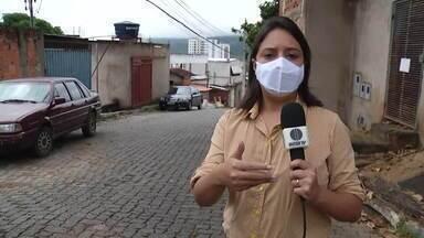 Cratera no bairro Carapina completa três meses e causa transtornos aos moradores - Buraco está no alto da rua Tumiritinga, em Valadares.
