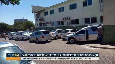 Carros funerários fazem fila em hospital de Foz do Iguaçu - Cidade registrou o maior número de mortes por Covid-19 em 24 horas.