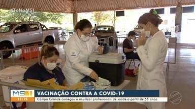 Campo Grande começa a imunizar profissionais de saúde a partir de 55 anos - Doses são aplicadas no drive thru e também na Seleta, no centro da Capital