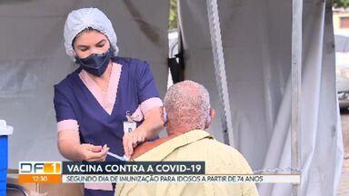 Idosos a partir de 74 anos têm segundo dia de imunização contra Covid-19 - A vacinação começou há quase dois meses no DF e 230 mil doses foram aplicadas até agora - 166.368 tomaram a primeira e 64.580 receberam a segunda. Segundo especialistas, as poucas reações registradas são comuns, leves e não geram preocupação.