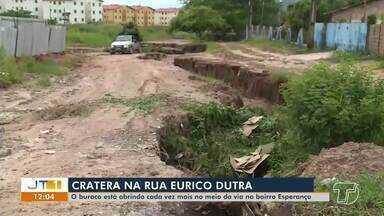 Grande buraco prejudica passagem na rua Eurico Dutra, no bairro Esperança, em Santarém - Via dá acesso a escola. Veja a situação da rua.