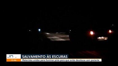 Carro ilumina pista em Tarauacá para avião decolar com paciente grave com Covid-19 - Carro ilumina pista em Tarauacá para avião decolar com paciente grave com Covid-19