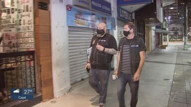 Agentes do Procon fiscalizam bares e restaurantes em Santos - Força-tarefa percorreu estabelecimentos da cidade para checar se funcionamento estava dentro das medidas de restrição.