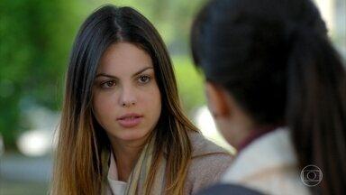 Alice conta para Manu sobre sua conversa com Vitória - Alice conta que Vitória foi simpática com ela
