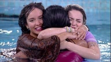 Pocah e Thaís pulam na piscina do BBB21 para comemorar permanência no jogo - Assim que Projota deixa a casa do BBB21, Pocah, Thaís e Viih Tube pulam na piscina da casa.