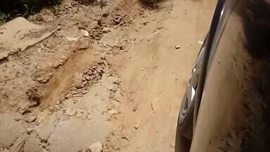 Produtores rurais de Santa Rita, em Teresópolis, sofrem com as más condições das estradas - Moradores precisaram se juntar até para construir uma ponte. Segundo a prefeitura, o trabalho de manutenção é feito, seguindo cronograma.