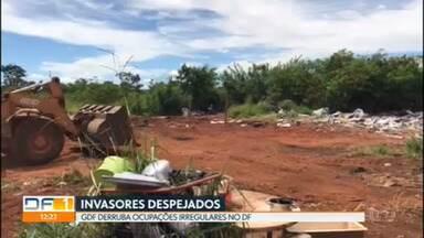 GDF derruba ocupações irregulares no DF - Mais de 35 famílias foram retiradas de uma área pública no Setor de Clubes Sul na segunda-feira (22).