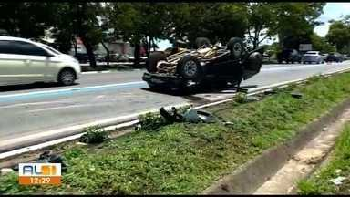 Carro capota em acidente de trânsito na Avenida Durval de Góes Monteiro, em Maceió - Acidente envolveu três carros e um deles capotou. Não houve feridos.