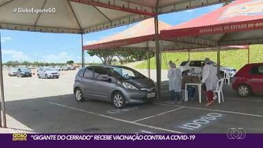 Serra Dourada vira posto de vacinação contra a Covid-19 - Estádio recebe mutirão para vacinar a população de Goiânia