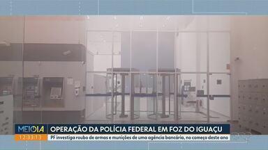 Polícia Federal faz operação em Foz do Iguaçu para investigar roubo de armas em banco - PF investiga roubo de armas e munições de uma agência bancária, no começo deste ano.