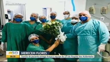 Família de paciente com Covid-19 agradece equipe da UTI - Parentes levaram flores para os profissionais de saúde.