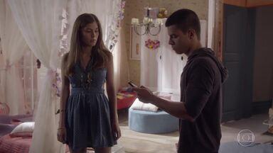 Duca vai até a casa de Bianca falar sobre o vídeo - Ela fica sem acreditar que o vídeo foi parar na internet