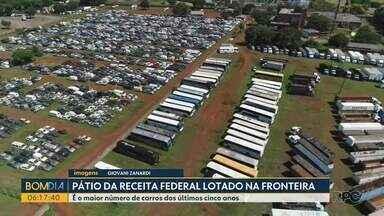 Pátio da Receita Federal, na fronteira, está lotado - Além dos veículos apreendidos durante a pandemia, também vieram apreensões de outras cidades.