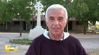 Padre fala sobre o valor da perseverança e traz mensagem de conforto e inspiração - Airton Freire é o criador da Fundação Terra, que ajuda pessoas pobres no Sertão de Pernambuco.