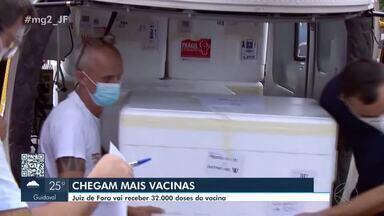 Juiz de Fora recebe mais de 32 mil doses da vacina contra a Covid-19 - De acordo com a Superintendência Regional de Saúde, o novo lote será para a vacinação dos profissionais das forças de segurança, de idosos e profissionais de saúde.