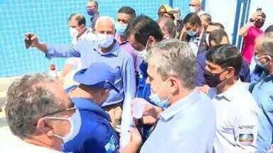 Governador do RJ provoca aglomeração em inauguração de sistema de fornecimento de água - O governador Cláudio Castro, do PSC, tirou fotos, cumprimentou e abraçou pessoas. No fim de semana, ele também promoveu uma aglomeração durante a abertura de um hospital, em Nova Iguaçu.