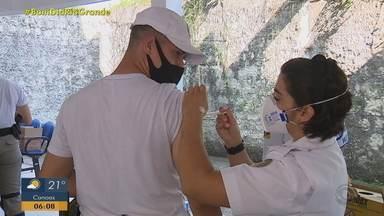 Profissionais da segurança recebem vacina contra Covid-19 no RS - Porto Alegre amplia vacinação contra Covid para idosos com 65 anos e profissionais de apoio à saúde a partir de terça-feira. Na quarta (7), começa a imunização de profissionais que prestam apoio à área da saúde. Até agora, 257.421 pessoas já foram vacinadas na cidade.