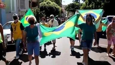 Apoiadores de Bolsonaro fazem manifestação em Jaú neste fim de semana - Alguns apoiadores do presidente Jair Bolsonaro fizeram uma manifestação em Jaú (SP) neste fim de semana pedindo a abertura das igrejas, a permissão de cultos religiosos e ainda fizeram outros pedidos inconstitucionais contra a democracia.