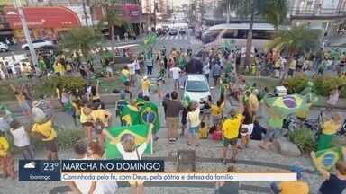 Grupo protesta e pede reabertura do comércio em Santos - Manifestantes se reuniram na tarde de domingo (11) na Praça da Independência, no Gonzaga.