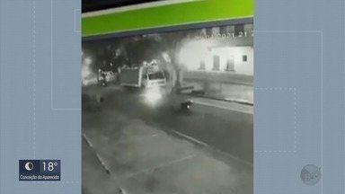 Motoboy reage a tentativa de furto e acerta voadora no suspeito em Poços de Caldas - Motoboy reage a tentativa de furto e acerta voadora no suspeito em Poços de Caldas